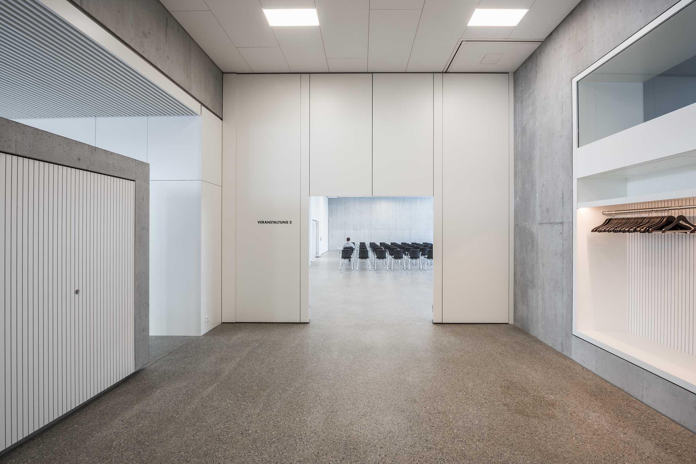 Pflegezentrum-Ennetsee in Cham. Innenaufnahme des Eingangsbereichs mit Blick in den Saal.
