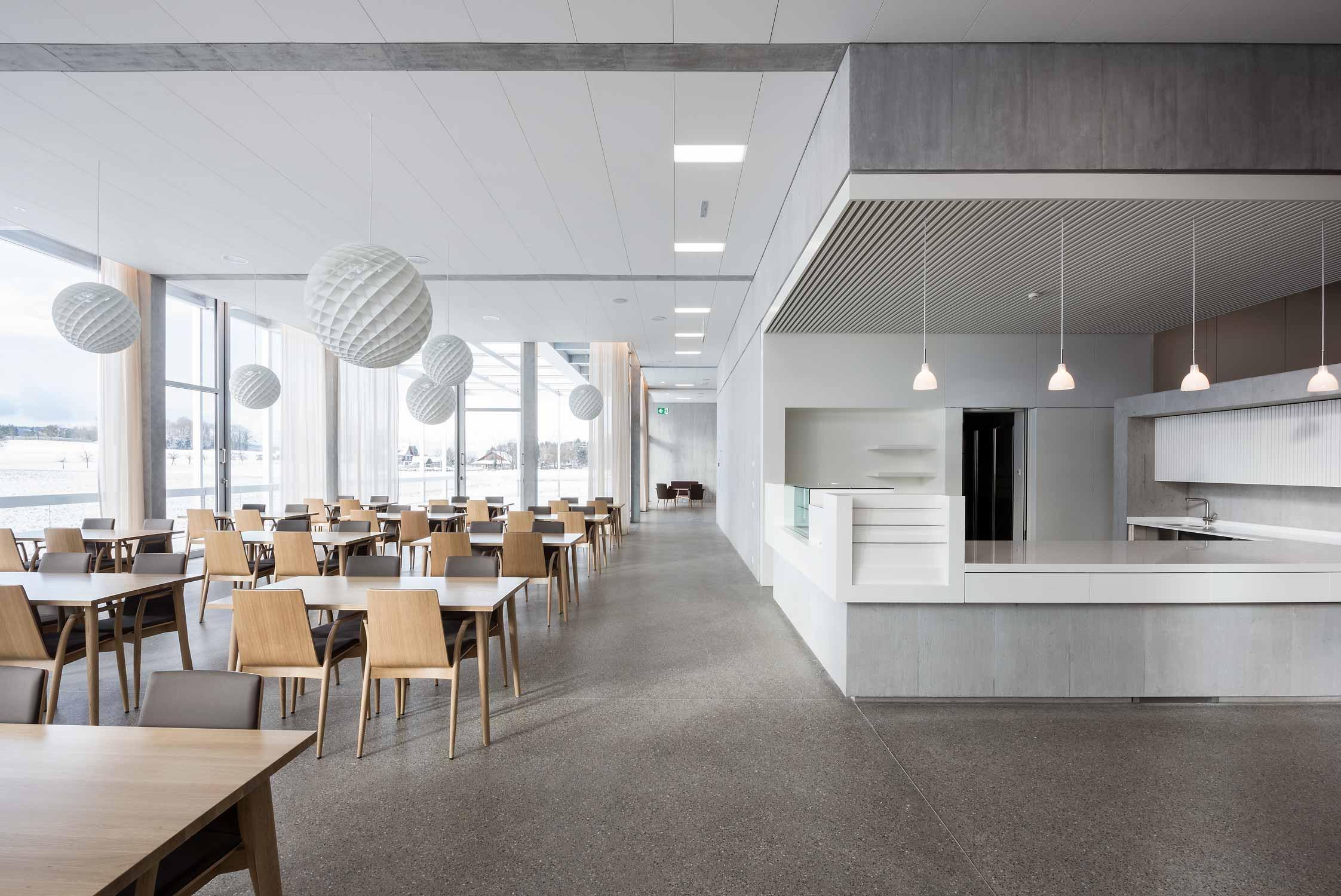 Pflegezentrum-Ennetsee in Cham. Innenaufnahme des grosszügigen, hellen Restaurantbereichs.