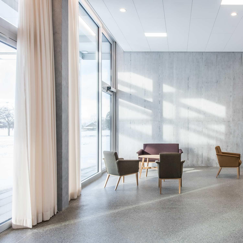 Pflegezentrum-Ennetsee in Cham. Innenaufnahme des grosszügigen Aufenthaltsbereichs.