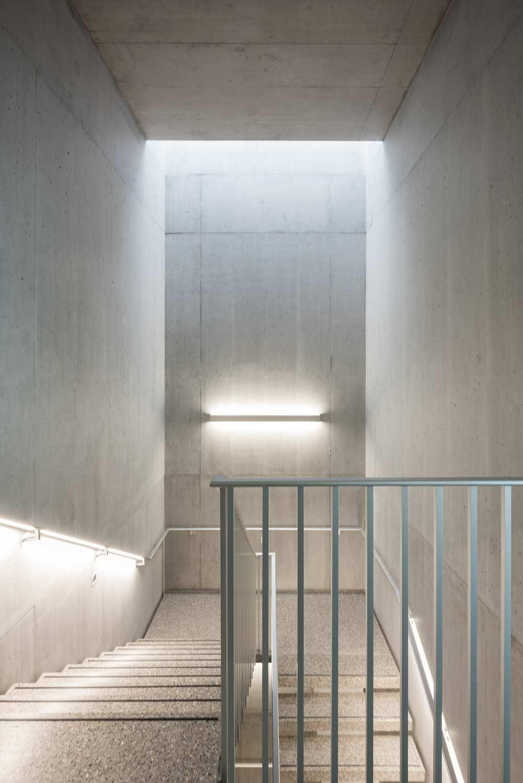 Pflegezentrum-Ennetsee in Cham. Blick ins Treppenhaus mit puren Betonwänden.