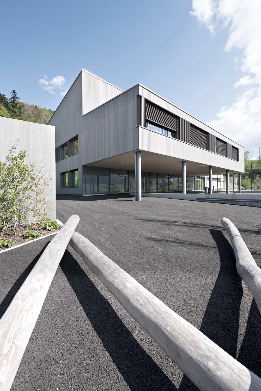 Aussenaufnahme des Schulhauses in Morgarten mit Schulhof.