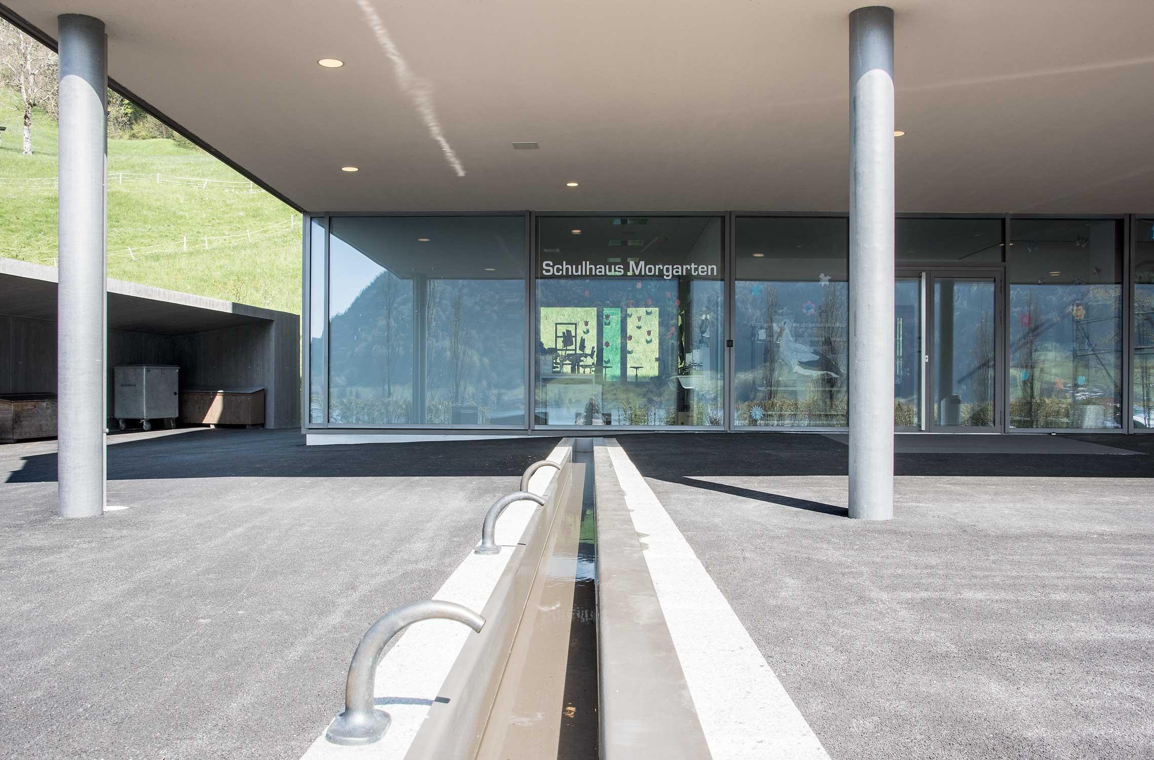 Eingang zum Schulhaus Morgarten mit Brunnen.