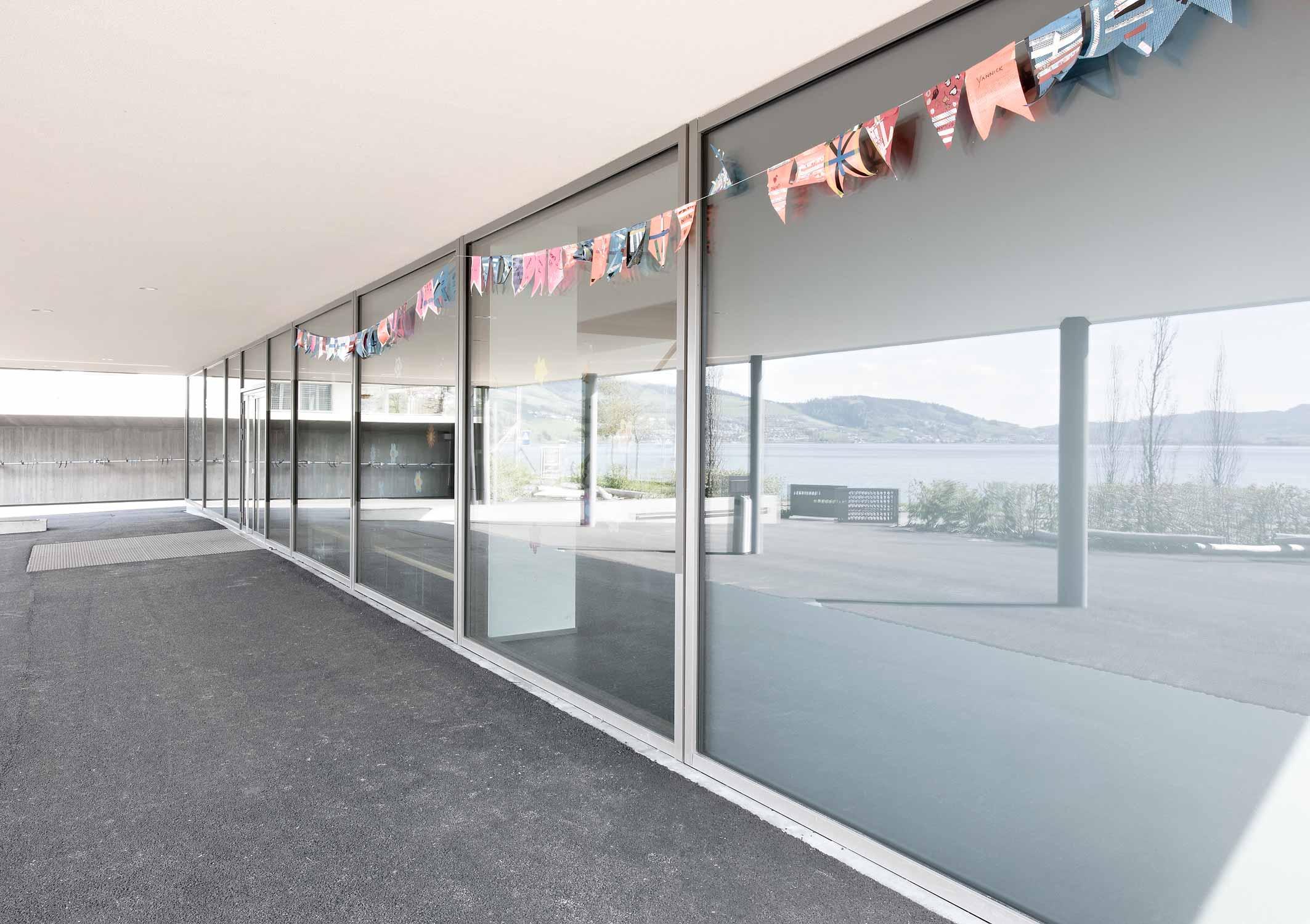 Glasfront am Eingang des Schulhauses Morgarten