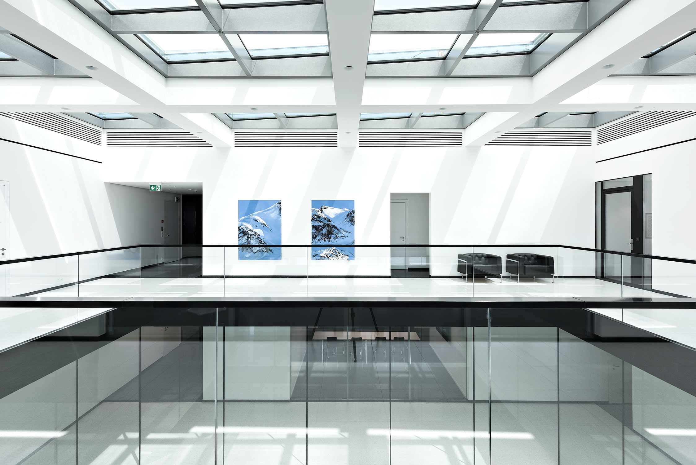 Innenaufnahme des Glasdachs und des Atriums in der Zuger Kantonalbank am Postplatz in Zug.
