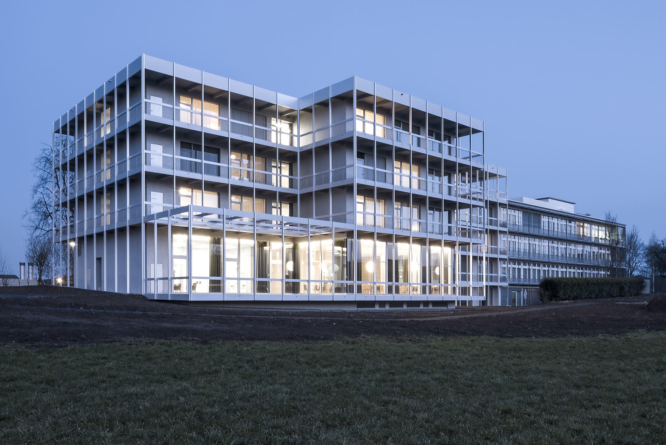 Pflegezentrum-Ennetsee in Cham, ZG. Aussenaufnahme bei Abenddämmerung.